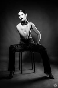 androgina-moda mascolina-panta raso nero e corpetto pizzo bianco con papillon 03 - la camelia collezioni