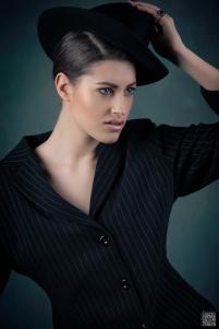 gessato femminile sottoveste bianca con cappello -moda mascolina stile mascolino- androgina- la camelia collezioni