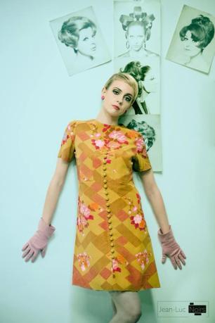vestito autentico anni 60 sopra al ginocchio a motivo floreale e guantini rosa