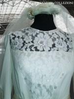 acconciatura da sposa a coroncina con petali in chiffon e ciuffi in piume con tulle lunghezza mt. 4 su abito in bizzo chantilly - la camelia collezioni