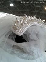 acconciatura da sposa a crestina con perle effetto cangiante e boccioi fiori d'arancio con tulle lunghezza mt. 4 - la camelia collezioni