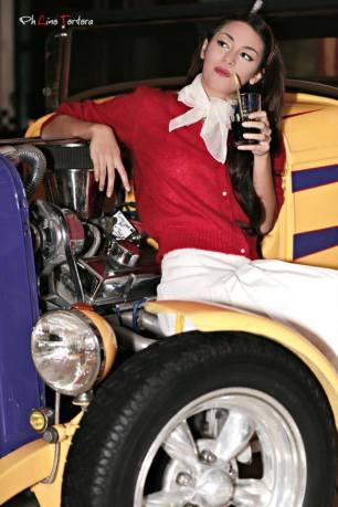 grease - vestiti anni 50 60 - gonna a pieghe bianca con twinset rosso e accessori foulard bianco cerchietto a pois - la camelia collezioni