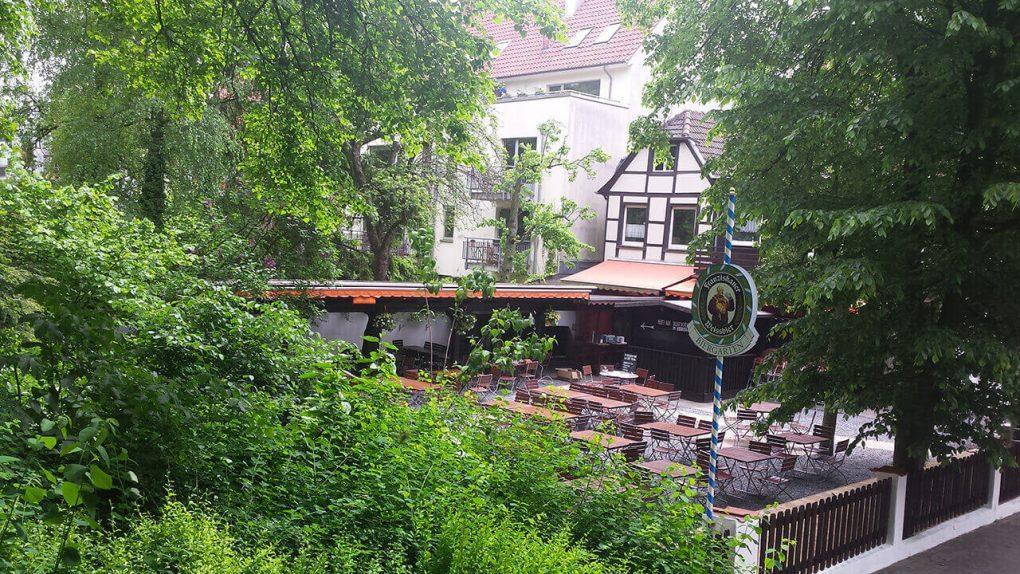 En ocasiones los bancos de madera son sustituidos por sillas individuales. Foto del Alter Pulverturm en Münster