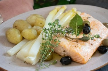 confierter Lachs mit Spargel und neuen Kartoffeln