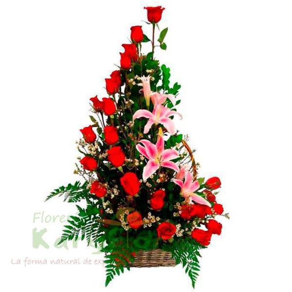 Arreglo floral elaborado en canasta de minbre, contiene 24 rosas, lilium(rosado, anaranjado ó amarillo) , variedad de flores, incluye tarjeta de dedicatoria. Pueden adicionarles chocolates y peluches ingresando a la opción REGALOS en la parte superior de la Pág. web