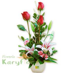 Lindo arreglo floral elaborado en base de cerámica blanca, contiene 3 rosas importadas, lilium perfumado, claveles o astromelias, fino follaje. Incluye tarjeta de dedicatoria. Pueden adicionarles chocolates ingresando a opcion REGALOS en la parte superior de la Pag. web