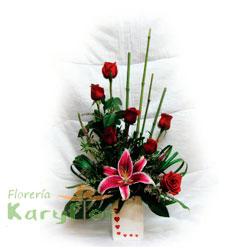Arreglo floral elaborado con 7 rosas, bambu, lilium perfumado, veronicas y fino follaje. Incluye tarjeta dedicatoria. Pueden adicionar Chocolates y más, ingresando a la opción REGALOS en la parte superior de la Pág. web