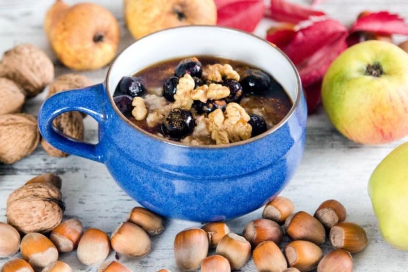 Frühstück-Haferflocken-mit-Obst-und-Nüssen-4