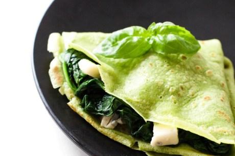 Grüne Basilikum Pfannkuchen mit Spinat und Gorgonzola