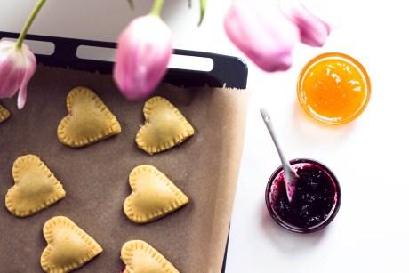 Kekse in Herzform mit Marmeladenfüllung