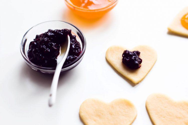 Kekse-Herzen-gefüllt-mit-Marmelade-Valentinstag-Rezept-5
