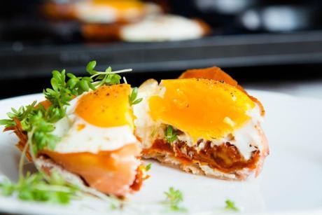Eier Muffins mit Schinken und getrockneten Tomaten