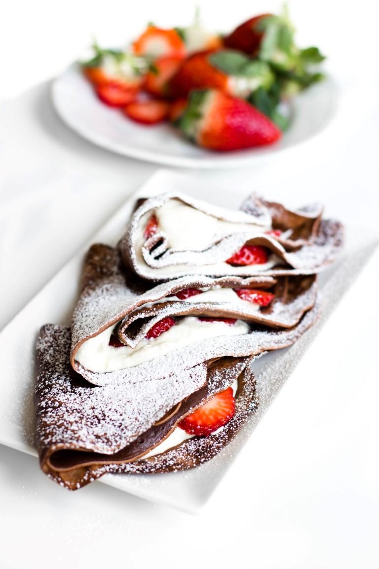 Schokoladen-Pfannkuchen-mit-Nutella-Quarkfüllung-und-Erdbeeren-Rezept-1