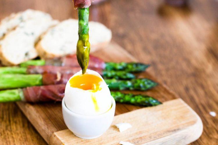 Grüner Spargel im Serranoschinken mit Ei