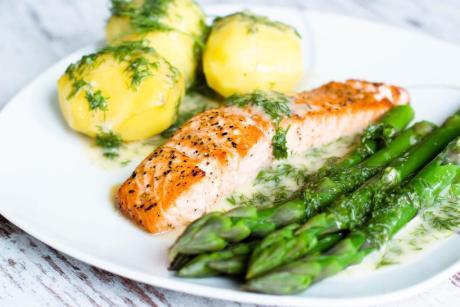 Rezept Lachsfilet mit Dillsauce, Kartoffeln und grünem Spargel