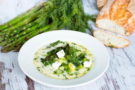 Suppe mit grünem Spargel, Kartoffeln, Feta und Dill
