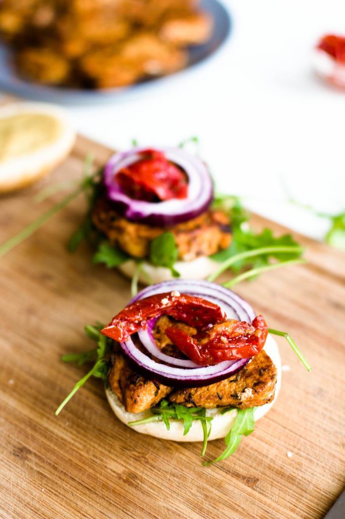 Burger selber machen mit Hühnerfleisch, Rucola, getrockneten Tomaten und roten Zwiebeln