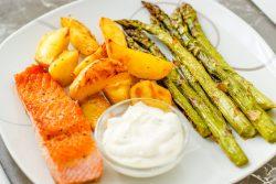 Grüner Spargel mit Lachs und Kartoffelecken