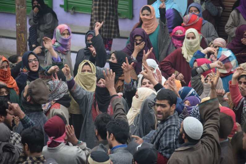 Amid rains several thousands participated in the last rites of Hajjin militants