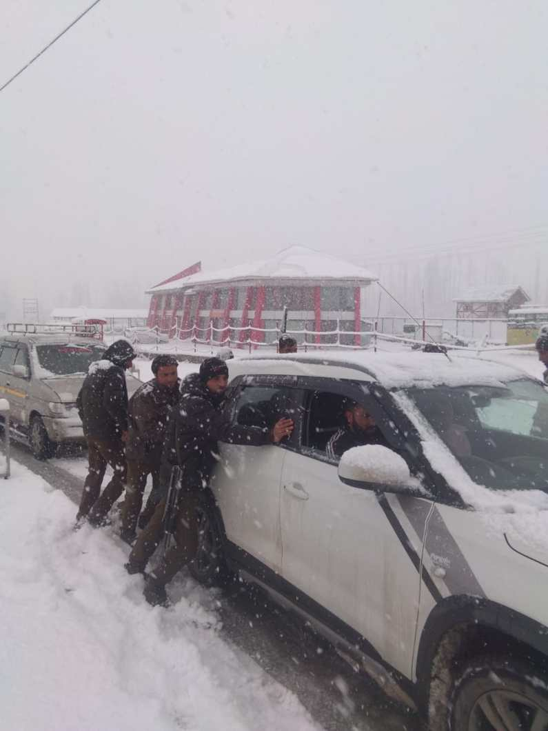 Fresh Snowfall : Kunzar Police provided helping hand to passengers