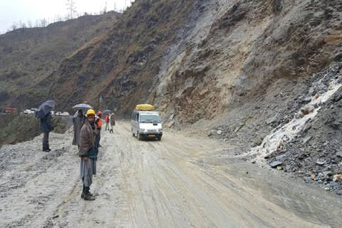 Fresh landslides disrupt traffic movement on Srinagar Jammu highway