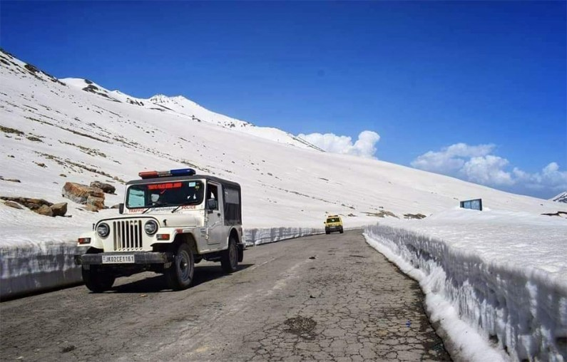 Bandipora-Gurez road reopens for one-way traffic