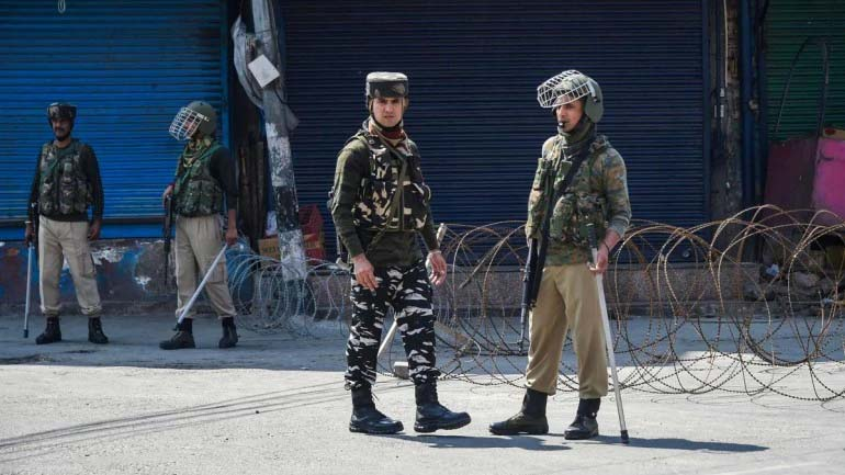 Killing of non-locals: Amid fear, Shopian admin ensures transport facility for fruit growers