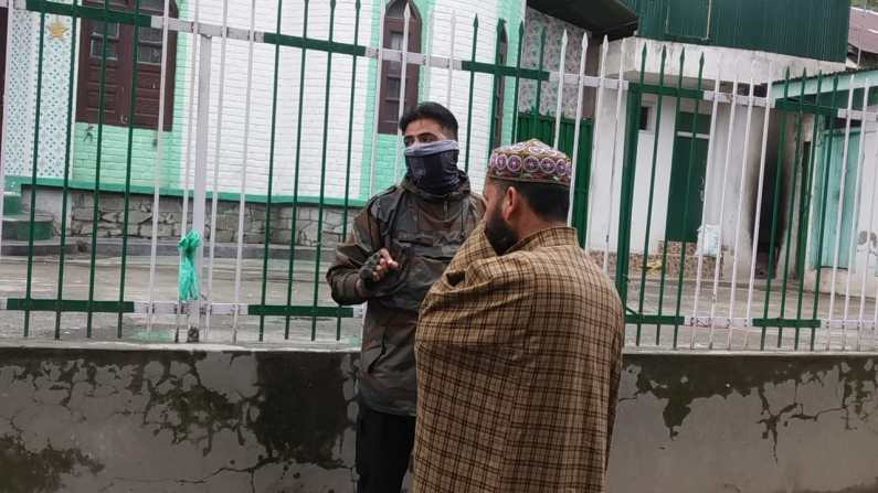Video : Baramulla's Police Officer initiatives door to door covid-19 awareness campaign