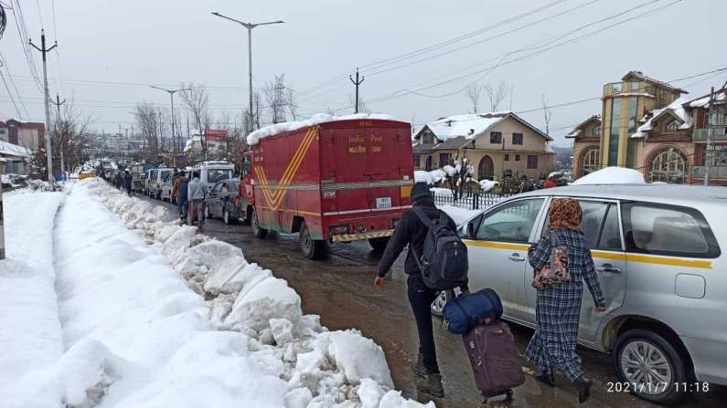 Srinagar Admin installs geo-tracking devices on 25 snow clearance vehicles of MED