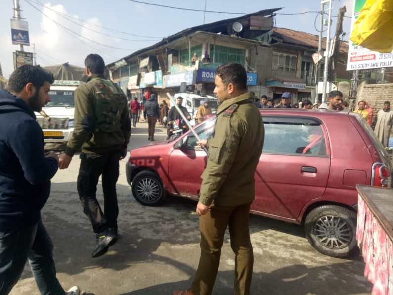 Street vendors start encroaching the roads in Sopore citing directions from Municipal Council authorities