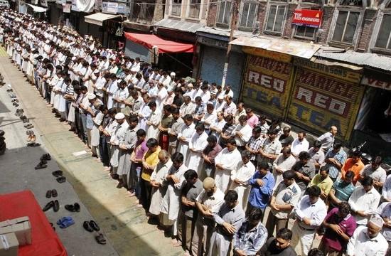 People offering friday prayers in Maisuma Srinagar during Ramadan.