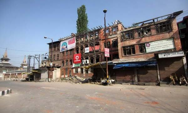 Soulless Streets: While state honour was on inside the vicinity of Naqeshband Sahib Shrine, the streets at the same time wore desolated facade. Siege over area compelled people to stay indoors as long as homage was in vogue.
