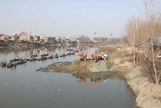 Sand extraction in river Jhelum. Pic: Bilal Bahadur
