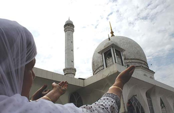 Woman-at-Dargah-Hazratbal-Srinagar