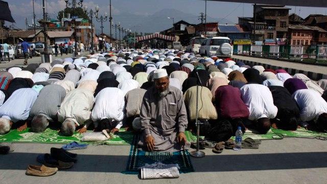 People offering Friday prayers on Budshah Bridge. Photo: Bilal Bahadur