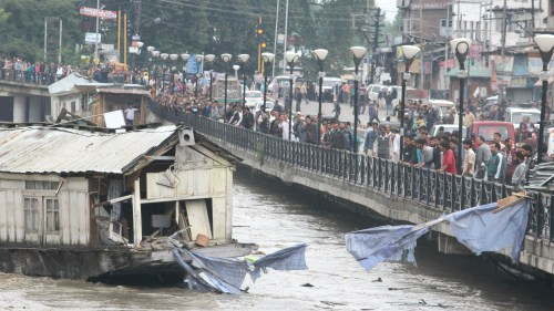 People watching houseboat caught in flood in Dal Lake
