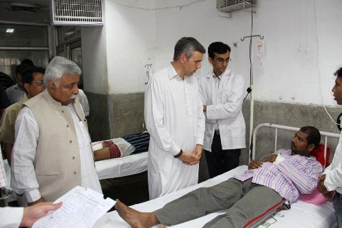 Omar visiting injured in border firing jammu - Copy