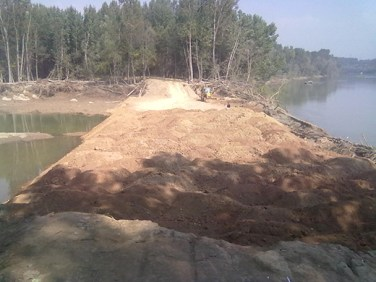 One of the breaches in Kandizal during plugging after September 7 floods.