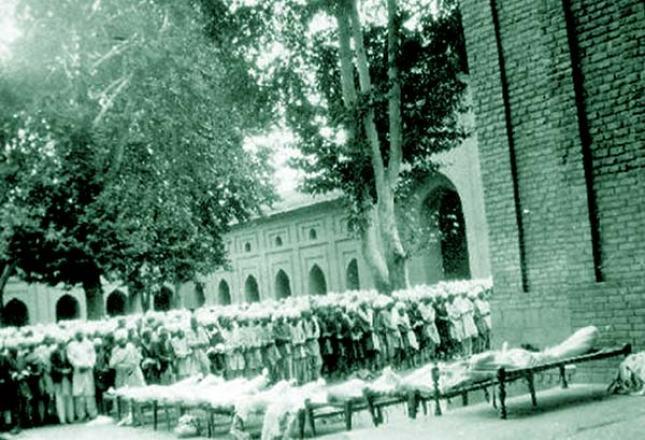 13th-July-Martyrs-at-Jamia-Masjid-Srinagar