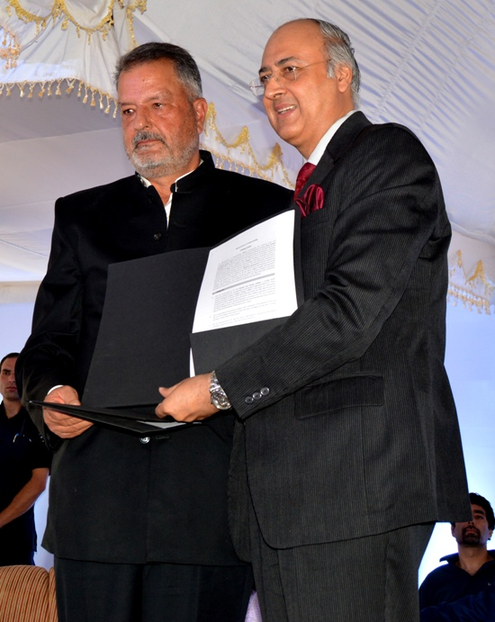 Mushtaq A Burza exchanging MoU with ITC COO.