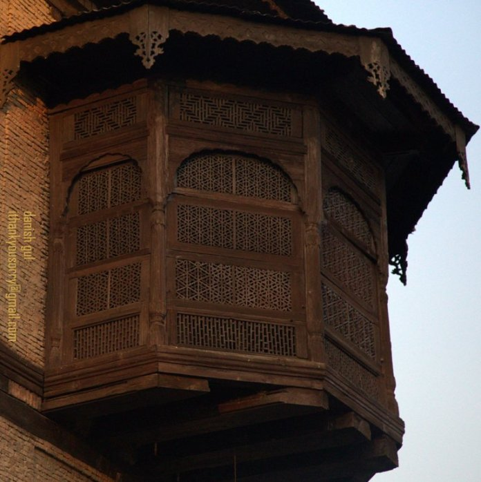 The house also holds a political background in Jammu and Kashmir history as it has hosted former Chief Minister Sheikh Mohammad Abdullah, several British Generals and Viceroys along with the founder of Pakistan, Ali Mohammad Jinnah before the Partition.