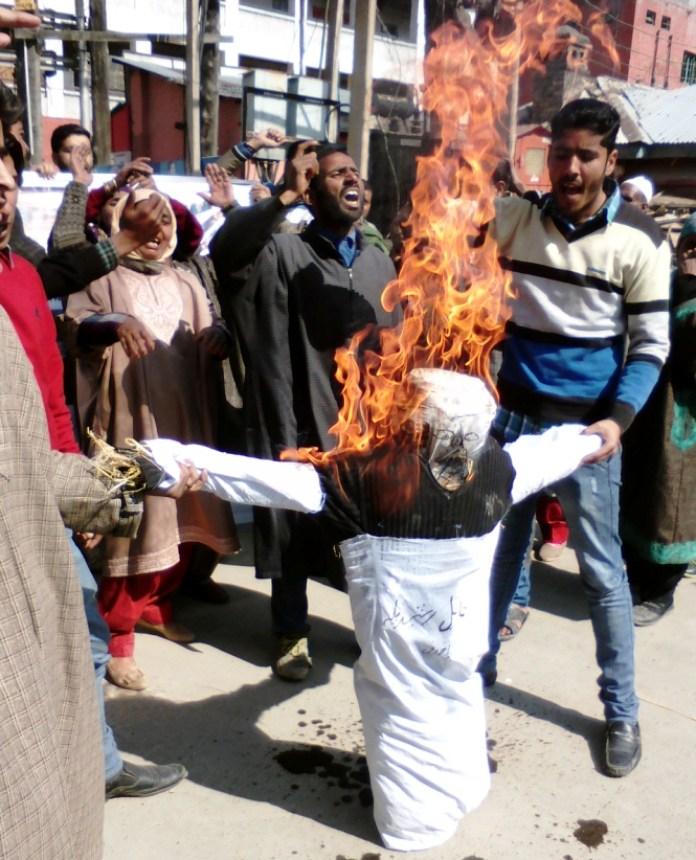 Survivors of Saderkot Massacre burning effigy of Rashid Billa in Srinagar.