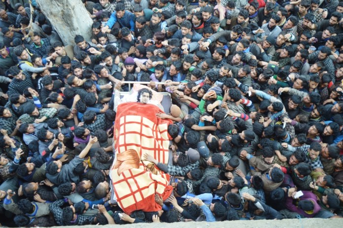 thousands attend funeral of slain militant in qiamoh kulgam (16)