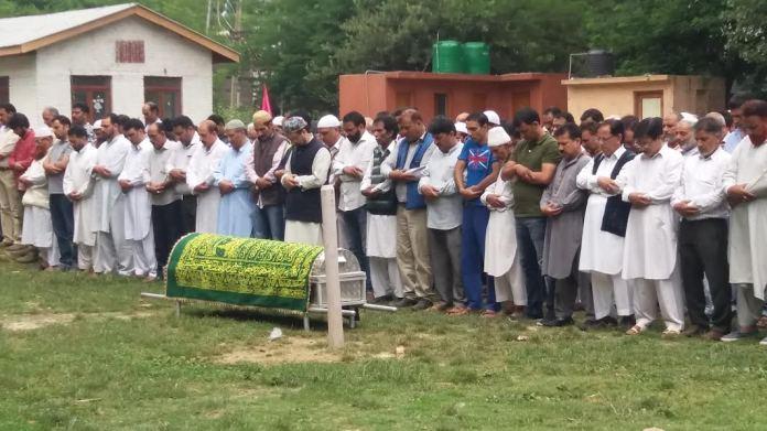 Mirwaiz leads funeral prayers of Yusuf Jameels mother