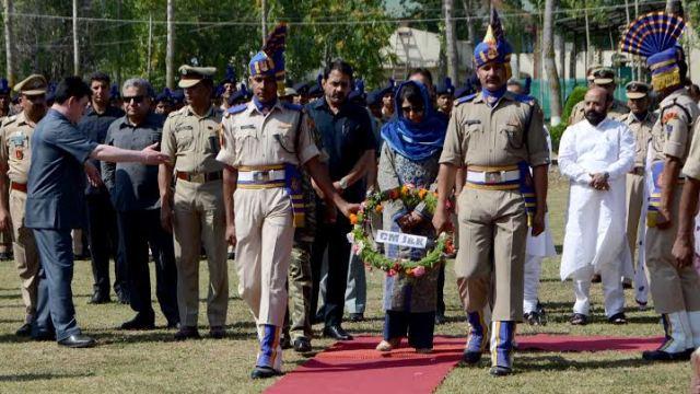 CM lays Floral Wreath