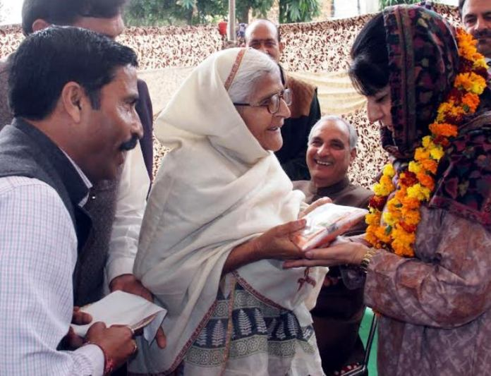 Chief Minister interacting with Pandit migrants
