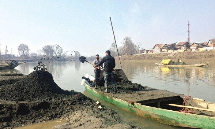 Sand extraction in riiver Jhelum. KL Image by Bilal Bahadur