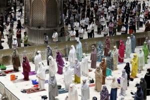 Muslims Mark Ramazan Amid Virus Surge, Curbs