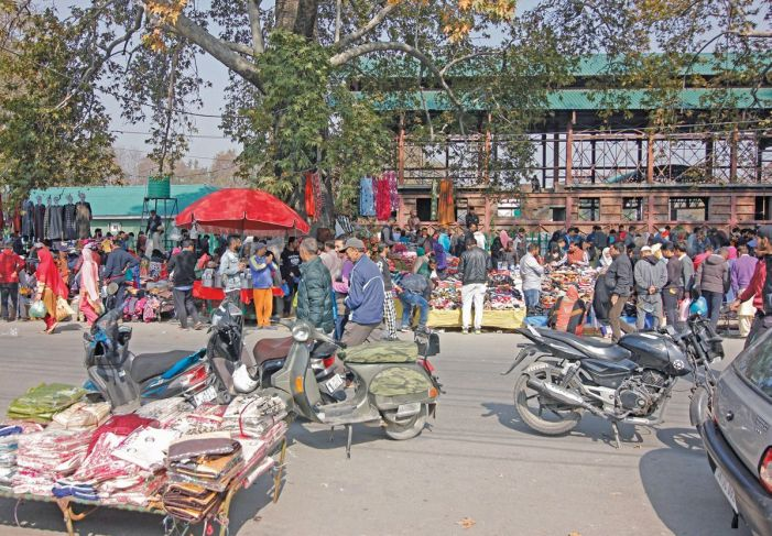 Street vendors defy shutdown in Srinagar