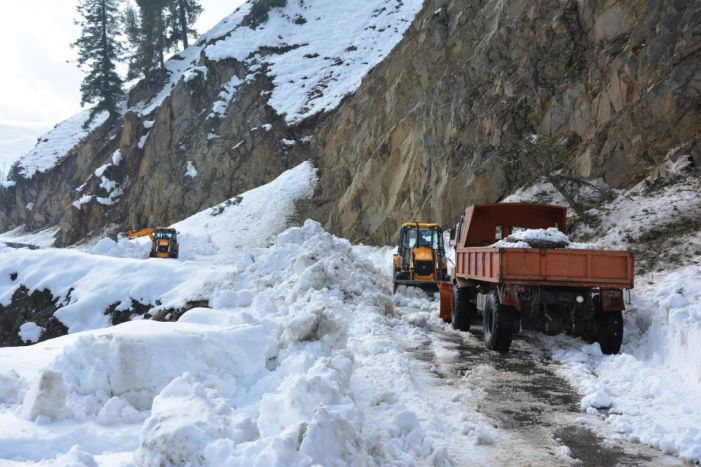 Minor among 19 rescued at Pir Ki Gali as fresh snowfall forces closure of Mughal Road